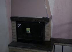 1268 В стара къща край Чирпан трябваше да стоплим две стаи. Успяхме да го наптавим с френска камина B 7-2 със странично стъкло на CHEMINEE DIFFUSION. Плотовете изработихме от индийски мултиколор, а страничната облицовка от вулканичен туф, оформен като тухлички и изчукан на глиц. В нишата под пейката ще има дърва, достатъчни за една вечер. Предстои да бъде монтирана дървена греда.
