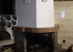 1269 Това е камина с обло стъкло. С нея топлим триетажна къща в едно ботевградско село. Камерата е българска - на Деста с водна риза с мощност 25 kW. Монтирахме я на мястото на стара камина, която съборихме. За да запазим фурната до нея се наложи да направим нов комин. Облицовката направихме от обрязан гнайс, а плотовете - от керамика.