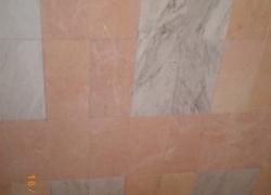 2613 Стените в тази баня са разнообразени с бял мрамор.