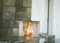 1202 Зидана камина на тераса на къща в Драгалевци. Облицовката е от обрязан гнайс.