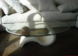 2805 Масичка от травертин, мраморна топка и стъклен плот.