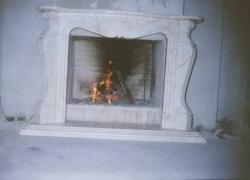 1001 Зидана камина с облицовка и настилка от бял мрамор.