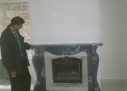 1005 Камина с френска горивна камера в полите на Витоша. Облицовката е скулптурно произведение в стил Луи XIV, изпълнено от тъмно сив гръцки мрамор.