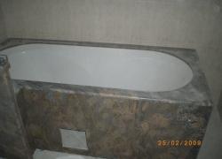 2213 В тази баня цялата вана е облицована с гранит.