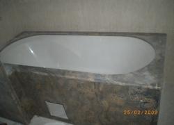2214 В тази баня цялата вана е облицована с гранит.