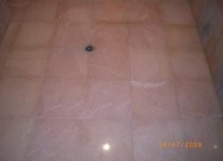 2612 Настилка в модерна баня от розов португалски мрамор.