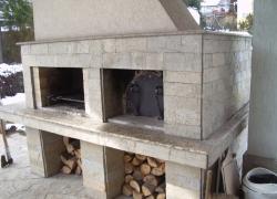 502 От хола на къща в Драгалевци се излиза на терасата. Там може да се приготвят много неща на тази фурна или на барбекюто. Облицовката е от обрязан гнайс и гранитни плотове.