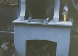551 Едно съвсем скромно барбекю. Дима е оставен свободно да се издига покрай стената на къщата.