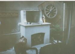 552 Едно съвсем скромно барбекю. Дима е оставен свободно да се издига покрай стената на къщата.