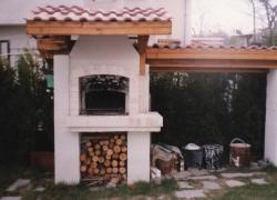 554 А това е един от редките случаи, когато фурната е разположена зад барбекюто. Навеса отстрани е за складиране на дървата за барбекюто и за камината в къщата.
