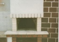 559 Ето още една фурна, разположена зад огнището на барбекюто.