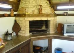 561 Това барбекю е под дървен навес в двора на симпатична къща в Челопечене.