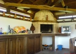 562 Това барбекю е под дървен навес в двора на симпатична къща в Челопечене.
