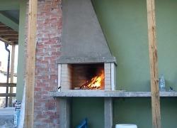 572 В софийския квартал Хладилника има доста приятни къщички. Под навеса в задния двор на една такава къща иззидахме това семпло барбекю. И тук след нас ще се прави облицовка от майсторите на фирмата строител.